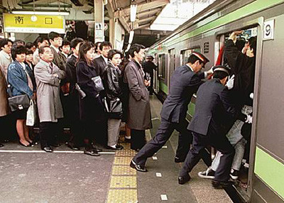 「新入りラッシュ」で電車遅延続出!混雑時に必要な対応は!?ネーミングセンスに誰もが納得www