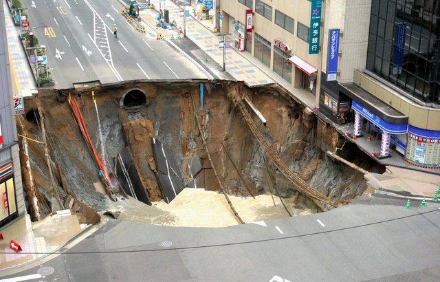 世界一のセブンイレブンに!?JR博多駅前の道路陥没で入店難易度が高すぎると話題!